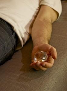 Tiefenentspannung im Liegen. Die flache Seite des Kristalls liegt auf der Handfläche.